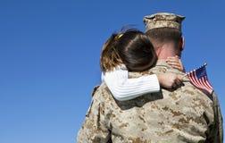 Den militära mannen kramar dottern Royaltyfri Foto