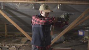 Den militära mannen med ett vapen och gör en olik sort av framsida arkivfilmer