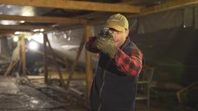 Den militära mannen med ett vapen och gör en olik sort av framsida stock video