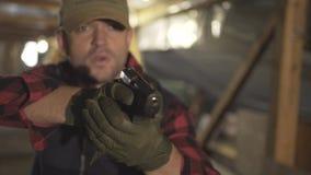 Den militära mannen med ett vapen och gör en olik sort av framsida lager videofilmer