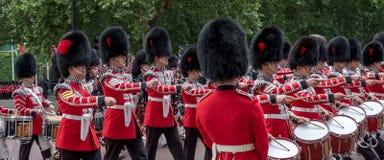 Den militära musikbandet som tillhör de irländska vakterna, marscherar ner gallerian under gå i skaror färgmilitären ståtar, Lond arkivfoto
