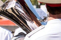 Den militära musikern som spelar den stora tuban ståtar på Fotografering för Bildbyråer