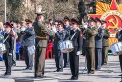 Den militära orkesteren på Victory Day ståtar Arkivfoton