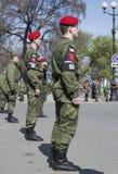 Den militära polisen i en kedja av slotten kvadrerar på repetitionen av ståtar i heder av Victory Day petersburg saint Royaltyfria Bilder