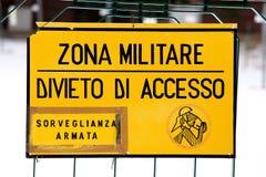 Den militära zonen undertecknar av från en militär italiensk grund Royaltyfri Foto