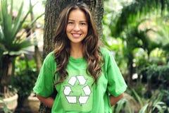 den miljöaktivisten återanvänder slitage för skjorta t Arkivfoton