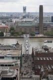 Den milleniumbron och Tate Modern Fotografering för Bildbyråer