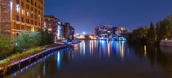 Den Milwaukee floden går på natten Royaltyfri Bild