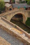 Den mindre Mostar bron kallade Kriva Cuprija över Rabobolja liten vik Royaltyfri Bild