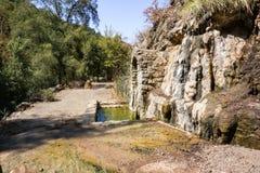 Den mineraliska våren alun vaggar parkerar, San Jose, Kalifornien royaltyfria foton