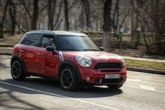 Den mini- bilen är röd arkivfoton