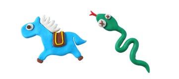 Den miniatyrhästen och ormen modellerar från japansk lera Royaltyfri Fotografi