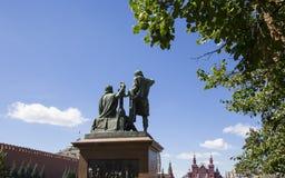 Den Minin och Pojarsky monumentet restes upp i 1818, röd fyrkant i Moskva, Ryssland Arkivbilder