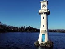 Den minnes- fyren på Roath parkerar sjön fotografering för bildbyråer