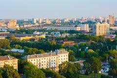 Den Minsk (Vitryssland) stadsfjärdedelen med gräsplan parkerar under blå himmel Arkivfoto