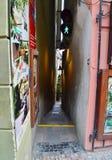 Den minsta gatan i Prague, Tjeckien Arkivfoton