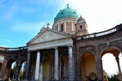Den Mirogoj för kupol- och ingångsvalvgångfris kyrkogården parkerar Zagreb Croatia royaltyfria foton