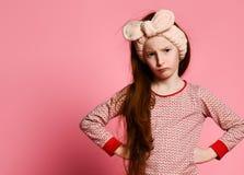 Den misshog lilla flickan i pyjamas vaknade övre och ilsket för dig royaltyfri fotografi