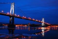 Den mitt- Hudson Bridge med vinterreflexioner Arkivfoto