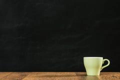 Den mjölkaktiga vita varma kaffekoppen förlade bara på trä Royaltyfria Foton
