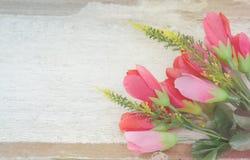 Den mjuka fokusen av rosa färger blommar buketten på trä Fotografering för Bildbyråer