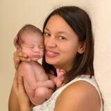 Den mjuka mamman med nyfött behandla som ett barn Royaltyfria Bilder