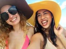 Den mjukt fokusen och oskarpt av kvinnor tar foto och Selfie med royaltyfria foton
