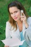 den mobila det fria phone den talande kvinnan Arkivbild