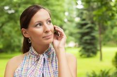 den mobila det fria phone genom att använda kvinnan Arkivbild