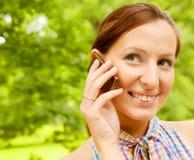 den mobila det fria phone genom att använda kvinnan Fotografering för Bildbyråer