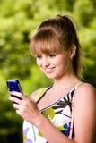 den mobila det fria phone kvinnabarn Royaltyfria Bilder