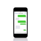 Den mobila handlagtelefonen med sms pratar på en skärm Arkivbild