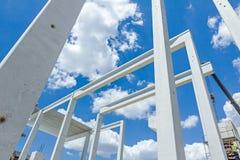 Den mobila kranen är enhetsskelettet av den enorma korridoren Lång konkret pi Royaltyfri Bild