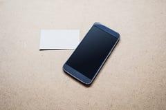 Den mobila Smartphone modellen med mellanrumet vände av skärmen och affärskortet Royaltyfri Fotografi