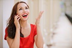 den mobila telefonen talar kvinnabarn Royaltyfri Foto