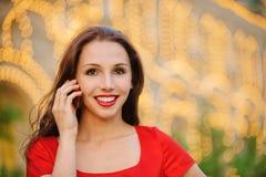 den mobila telefonen talar kvinnan Royaltyfri Bild