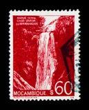 Den Mocambique portostämpeln visar vattenfall i Nhanghangare, landskap serie, circa 1948 Royaltyfria Foton