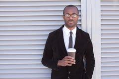 Den moderiktiga svarta mannen har kaffeavbrottet Arkivbilder