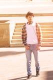 Den moderiktiga unga mannen som går i gatan, applicerade filterinstagram Royaltyfri Fotografi