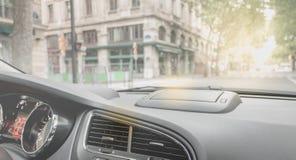 Den moderna bilen rullar till och med gatorna av Paris Royaltyfria Bilder