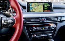 Den moderna bilinre, det röda styrninghjulet med massmedia ringer kontrollknappar, navigering, bakgrund för skärmmultimediasystem Fotografering för Bildbyråer
