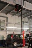 Den moderna bilservicestationen med dunster evakuerar vetillationenheten och hissar Arkivfoto