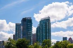 Den moderna bostads- andelsfastigheten står högt i Mississauga, Ontario, Kanada Arkivbild