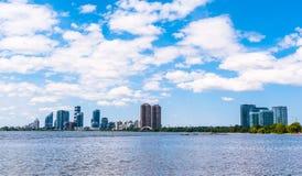 Den moderna bostads- andelsfastigheten står högt i Toronto, Ontario, Kanada Fotografering för Bildbyråer