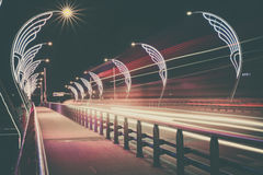 Den moderna bron med retro stil tänder i Ventspils i Lettland Arkivbild