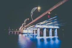 Den moderna bron med retro stil tänder i Ventspils i Lettland Royaltyfria Foton