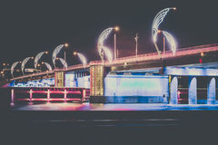 Den moderna bron med retro stil tänder i Ventspils i Lettland Royaltyfri Fotografi
