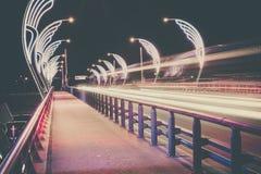 Den moderna bron med retro stil tänder i Ventspils i Lettland Arkivfoto