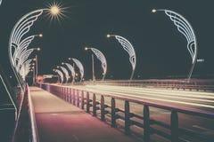 Den moderna bron med retro stil tänder i Ventspils i Lettland Royaltyfri Foto