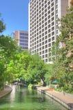 Den moderna byggnad och floden går Arkivbild